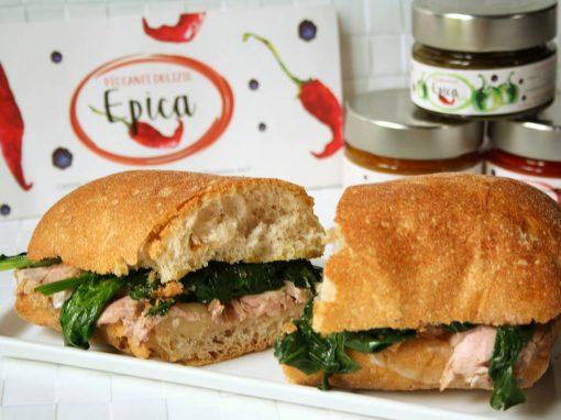 Ciabatta con spinacini freschi, filetto di maiale cotto a bassa temperatura e marmellata di peperoncino ai pomodori Epica Green
