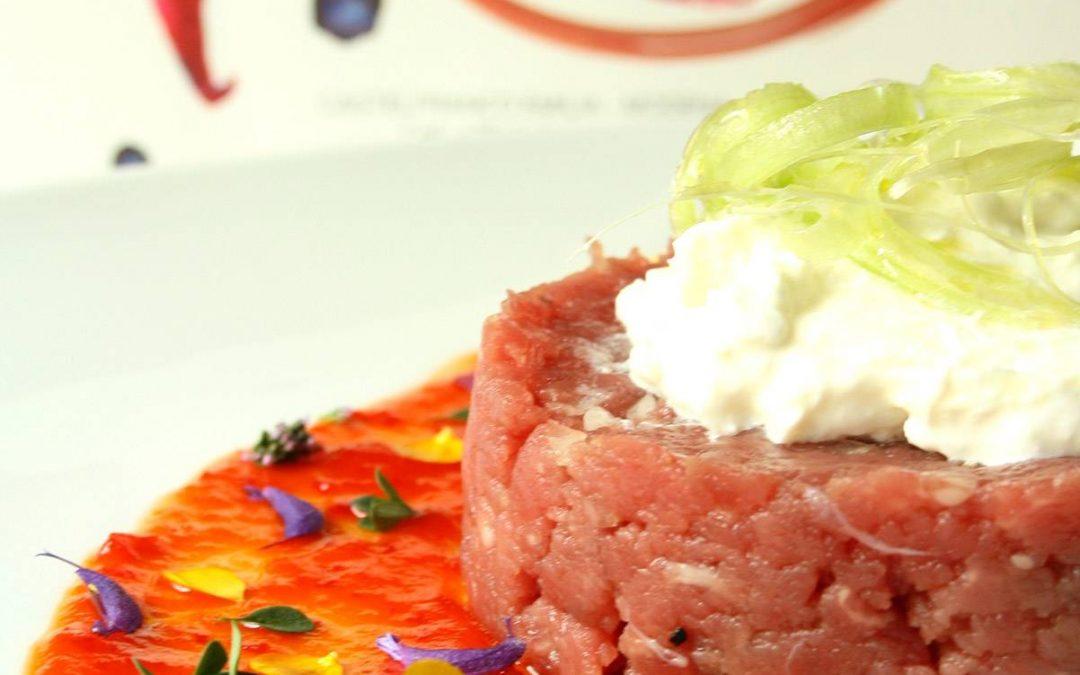 Battuta di filetto di  fassona al cipollotto di tropea con burrata, sedano e marmellata Epica Red
