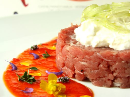 Battuta di filetto di  fassona al cipollotto di tropea con burrata, sedano e marmellata Epica Red